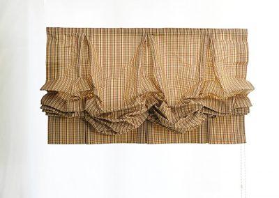Raffrollo mit Hand gelegten Falten im oberen und im Schabrackenbereich.